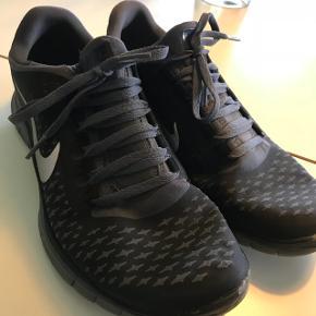 Lækre minimalistiske løbesko fra Nike. De er super lette. Modellen hedder Nike free 3.0 v4. De er brugt, men stadig i super god stand. Str. 41 (lidt små i størrelsen) Gav omkring 900kr for dem. Byd!