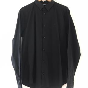 Armani jeans skjorte  Str. XXL Slim fit (fitter L) Brugt et par gange og er som ny.  Den er helt vild behagelig at have på, den er med stretch som gør den fleksibel og en skjorte man kunne leve i.    Kig gerne forbi min side, jeg giver mængderabat, og du vil blandt andet finde.  Herre & Damer - Tommy Hilfiger, Calvin Klein, Levi's, GABBA, Adidas, Pinewood, Diesel, ACNE STUDIOS, Tiger Of Sweden, LEE, Peppercorn, Canada Goose, All Star Converse, Henri Lloyd, Paul & Shark Yachting, HUGO BOSS, BISON, Ralph Lauren, Lindbergh, ETON, Charhartt, GANT, mm.