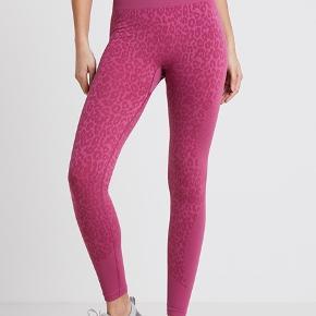 Hunkemøller leopard lyserøde sports leggins - brugt én gang og standen er som ny. Størrelse small og der er stretch i. Bytter ikke :)