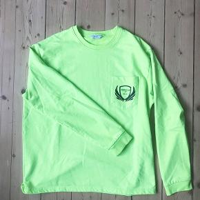 Cool trøje fra Envii med print. Fremstår i fin stand. Skriv for billeder med den på :-) Farven svarer bedst til det første billede.