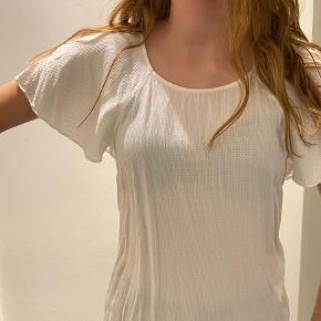 Sælger denne fine trøje fra pieces. Trøjen er i en xs. Hende der har har den på bruger normalt s-m   Trøjen har de sødeste små prikker og er lidt gennemsigtig.  Trøjen har de finest ærmer  Køber betaler fragt