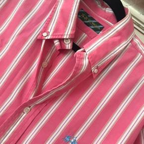Herre La Martina . Flot pink med stribe.  str. Xl. Meget fin stand. Ikke brugt meget.Nypris 2000kr. Porto 38kr.
