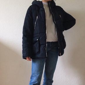 BYD GERNE Vatteret vinterjakke til de kolde tider. Købt i Zaras børneafdeling og har størrelsen 13-14 år, som nok svarer til en str. s ifølge mig. Der er endda plads til at have en strik under. Købt for 2 år siden og brugt om vinteren, men har ingen tegn på slid og er derfor stadig i god stand.    PRAKTISK INFO ✩ Pakker sendes med DAO  ✩ Priserne er eksklusiv fragt ✩ Betaling foregår gennem MobilePay ✩ Returnering er desværre ikke en mulighed