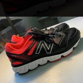 Lækre sko, model W675v2, brugt 2 gange, men desværre lige det mindste til mig.  Jeg håbede de passede mig, men må konstatere at de er for små.   Sort og neon (Black and bright cherry).   Virkelig fine.