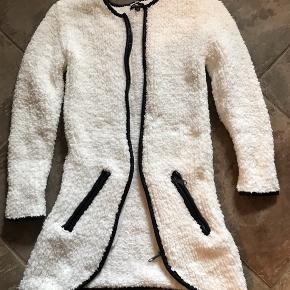 En dejlig lækker jakke/cardigan som vi desværre aldrig har fået taget i brug. Perfekt til de lidt kølige sommeraftener 😊  Se også mine andre annoncer.  Byd!