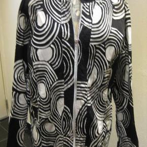 Signature jakke str XXL Bm 2x60 cm Længde 70 cm - cotton/spandex - sølv lynlås og små sten langs syningerne i siden foran - 75 kr plus porto Sort/hvid (m4858)