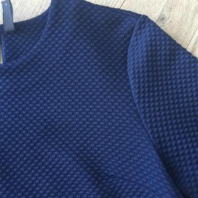 Varetype: Trøje Farve: Marineblå Prisen angivet er inklusiv forsendelse.