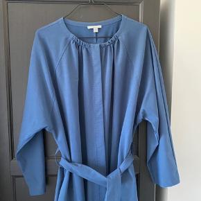 Lang kjole fra COS med bånd i taljen. Den er 130 cm lang. Kjolen er lidt stor i størrelsen. Den er næsten ikke brugt.