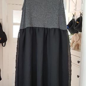 Dejlig blød kjole i børstet viskose, med polyester tyl skørt. BS: 2x36-43cm (stræk) Længde: 86cm foran 105cm bagpå