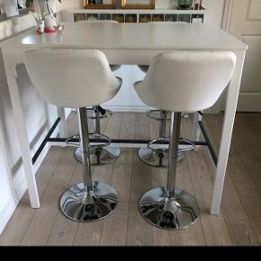 / barstole sælges med justerbar højde Siddehøjde fra ca 60 cm til 84 cm 2 barstole med justerbar højde Hvidt kunstlæder  Absolut som nye - 1 uge gamle Sælges  da jeg har købt to for meget   250kr pr. stk.