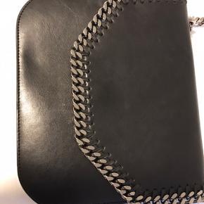 Falabella Box taske (stor version) 37 x 35 x 8.5 cm. Med dustbag. Lidt lysere ved magnetknap og et lille ridse på toppen ( man kan faktisk ikke se den). Modellen var limited edition. Ellers i perfekt stand.