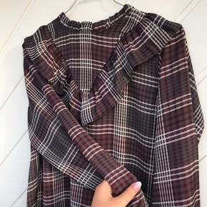 Sælger denne fin skjorte fra Neo Noir, som er blevet brugt en gang, så den er som ny.   Den er str m men kan også passes af en s.  Super fin og blødt materiale - aldrig vasket i vaskemaskine.