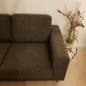 Sælger denne 2 personers sofa, da jeg skal til at flytte hen til noget mindre. Sofaen har en længde på 169cm, og en bredde på 85 cm. Skriv gerne for flere billeder og jeg er åben for bud. Kan hentes på Hessensgade.