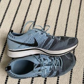 Nike Flyknit Trainer. De er kun brugt til fitness/indendørs idræt. Mener nypris var omkring 1100kr.  Er åben for realistiske bud. Køber betaler fragten, hvis de skal sendes.