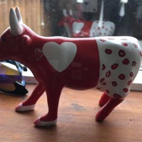 Porcelæns ko fra cowparade    Har været oppe at stå fremme i en kort periode. Men har de sidste par år været pakket ned i original æske.  Fejler ingenting. Står som ny.