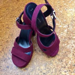 Smukke smukke høje sandaler som man går fantastisk i.  God kvalitet og feminint design.  Giver benet et slankt look. ☺️