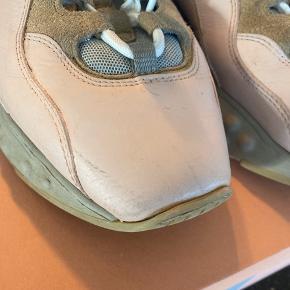 Super fine sneakers fra Acne - virkeligt god farve, som bliver super in til forår og sommer. Brugt med omhu, men i rigtig god stand fraset en medfødt ridse på højre sko (se billede). Ridsen fremstår langt mere synlig på nærbilledet end i virkeligheden. Standen er sat til 'god men brugt' af denne grund. Jeg fik 10 procent rabat da jeg købte dem af samme grund. Der medfølger skofarve i den helt rigtige farve og original kasse.