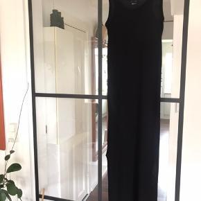 En rigtig fin maxi kjole m. Slids op til knæene, i begge sider. Stoffet er strækbart og kjolen er generelt bare let og behagelig, at have på - Brugt en enkelt sommer :)