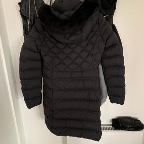 Jakken er i fin stand udover 2 små steder, hvor den er lappet. Lapperne er ikke særligt synlige, når jakken er i brug.
