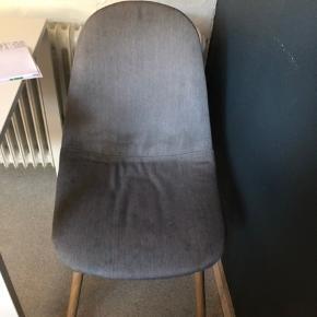 Stolene er i fin nok stand men selve stoffet har lidt antydning af pletter  Har 2 stk  Afh i varde