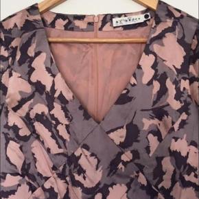 Lækker kjole i silke  Sælges for en veninde   ;)
