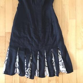 Fin kjole m kryds på ryggen Brugt 1 gang  100% linen  100% silke