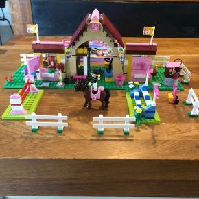 LEGO friends hestestald, fra ikke-ryger hjem. Kan sendes på købers regning, sættet er komplet, bortset fra en lille klods med den ene hests navn på - klodsen er erstattet af en der matcher, dog uden navn. Nypris 500kr