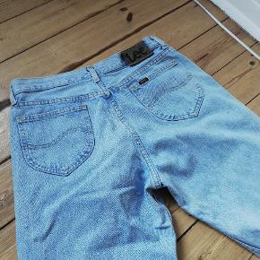 Vintage Lee brooklyn jeans, str w36 l36. De er små i livet, passer en L. Mega lange! Vasken er en meget lys denim, ikke helt så klar blå som på billedet