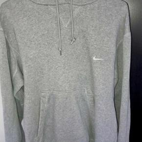 Grå Nike hættetrøje - fuldstændig udsolgt alle steder, denne model bliver der heller ikke lavet flere af. så prisen er fast.