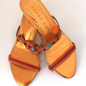 Sød sandal med stene, brugt 1 gang. Betaling via MobilePay foretrækkes.  Sandal Farve: Multi