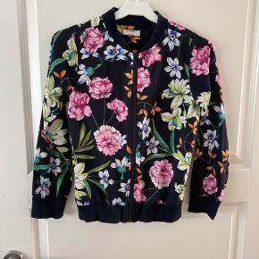 Rigtig flot let trøje/jakke i mørkeblå med flotte farverig blomster.