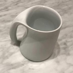 Varetype: Mælkekande Størrelse: 10 cm Farve: Hvid  Helt ny fin stelton mælkekande i hvid malet keramik med hank  Ca. 10 cm høj