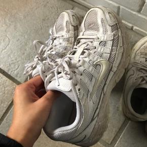 Skoene er blevet brugt et par gange til løbeture. Sælges da de er blevet for små