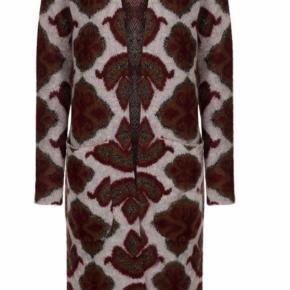 Varetype: Lang Farve: Multi  Smuk og skøn cardigan - sælges i butikkerne til 2800kr