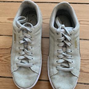 Bløde sneakers med soft foam og bred hæl fra PUMA. Nypris omkring 600kr