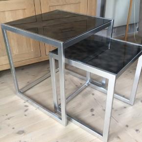 2 borde med glasplader de er i pænt stand med enkelte brugsspor De sælges samlet Stor bord 50 x 50 x 55 Lille bord 40 x 40 x 45