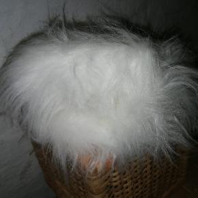 Hvidt, langhåret plysstof til DIY-projekt. Nok til syning af pudebetræk eller som del af et børnekostume, til hunde- / kattekurv eller lign.