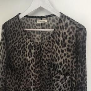 En fin skjorte med see through effekt  Leopard Købt for ca 10 år siden , men har bare hængt !