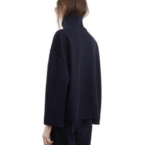 Bluse fra ACNE i navy blå og en dejlig tyk bomuldskvalitet.  True to size.  Handles via Trendsales.  Sendes med dao på købers regning.