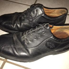Super lækre Golf sko fra Ecco i sort og brunt skind, brugt tre gange. Sælges da de ikke bliver brugt længere.  Model: Hydromax med Arch support og god comfort. Str.42 Np ca. 1300kr Byd!:))