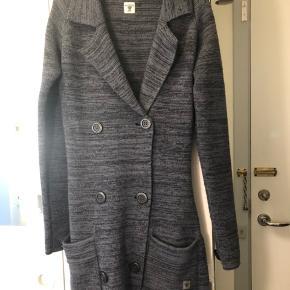 Gråblå/sort lang tyk cardigan fra Tiger of Sweden i størrelse XS / 34. Rigtig fin og dejlig behagelig 👌🏼. Den er lavet af 50% uld!
