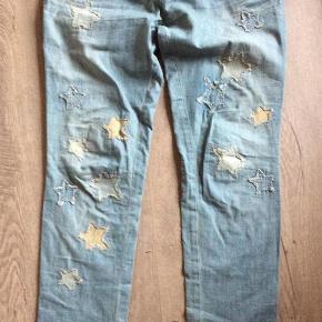 """Lækre jeans med masser af """"slidte"""" detaljer str. 29""""/32""""  Brugt men i Mål: Livvidde 2 x 45 cm Længde hel 108 cm Hofte 2 x 53 cm Længde ind 84 cm Skridt til talje 24 cm  Se billeder for detaljer  Priside: 400 plus Porto  Bytter ikke, sender med Dao medmindre køber ønsker andet  Handler både ts, mobilpay, PayPal og bank  Lækre jeans med fede detaljer, se fotos Farve: Lys denim Oprindelig købspris: 1299 kr."""