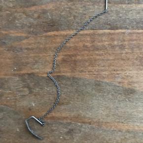 Fjer ørering fra Line&Jo i rhodineret sølv.