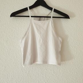 Top fra H&M, mavelængde, 18 cm lang fra armhulen af.  Prisen er ekskl. forsendelse.