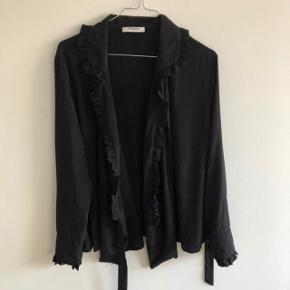 Wrap bluse / kimono med fineste prikker og flæser   Mærke: pieces  Str: L  Farve: Sort  Stand: brugt få gange og fremstår som ny