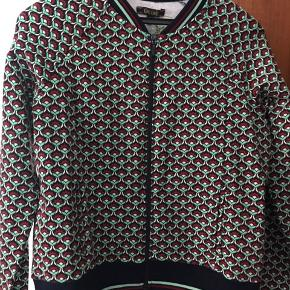 Lækker jakke forankring Louis. Flot mønster. Kan bruges som let jakke eller cardigan.95% øko bomuld 5% øko elastan