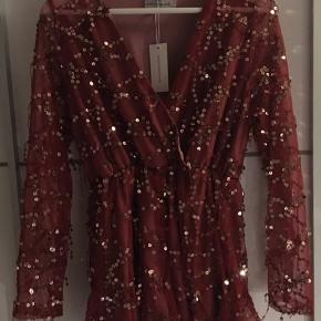 Super flot jumpsuit i rød med guld palietter! Med elastik i taljen, så sidder flot og behageligt. Aldrig brugt, stadig med mærke. Str. S Nypris: 419 kr. Nu: 180 kr. Åben for bud ved hurtig handel