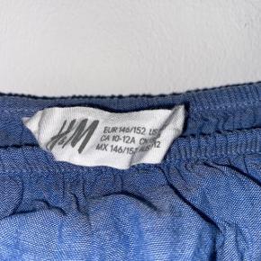 Blå kjole med fine detaljer fra HM.   Køber betaler fragt📦 Mængderabat gives🎏