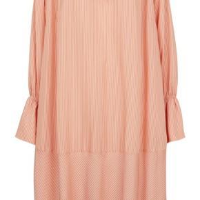 Skøn kjole fra Second Female. Brugt to gange, vasket én gang.  Str XS men er med et oversized look.  Billeder kan fremsendes.