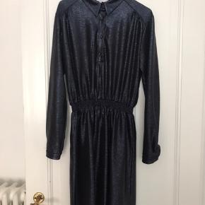 Fineste blå kjole med glimmereffekt fra Boii Studio. Aldrig brugt.
